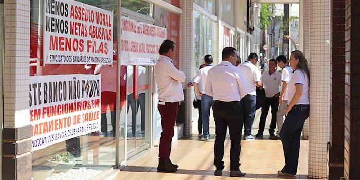 Assédio Moral Leva Sindicato De Maringá A Fechar Agência Do Santander